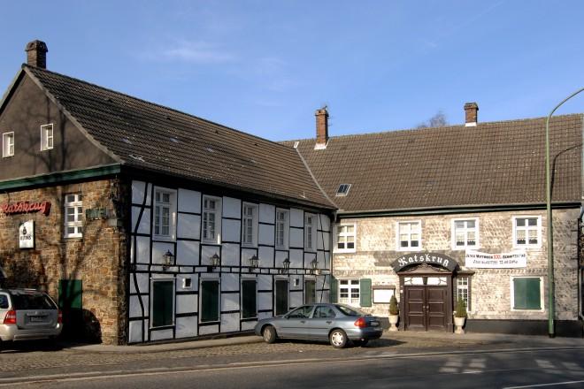 1785 wurde in Heidhausen eine Poststation mit Beherbergungsbetrieb erbaut. Heute befindet sich in diesem denkmalgeschützten Gebäude in der Heidhauser Straße, welches im 19. Jahrhundert erweitert wurde, die Gaststätte Ratskrug. Das alte Haus bildete zusammen mit dem Rathaus und dem Heidhauser Platz die Ortsmitte des früheren Werden-Land.