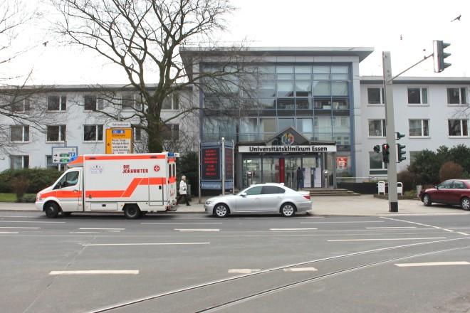 Parkender Rettungswagen und PKW vor dem Eingang des Universitätsklinikums