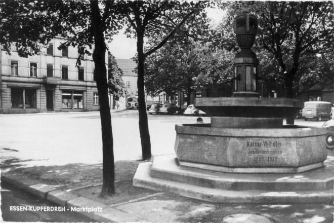 Kupferdreher Marktplatz mit dem Kaiser Wilhelm Jahrhundertbrunnen um 1950