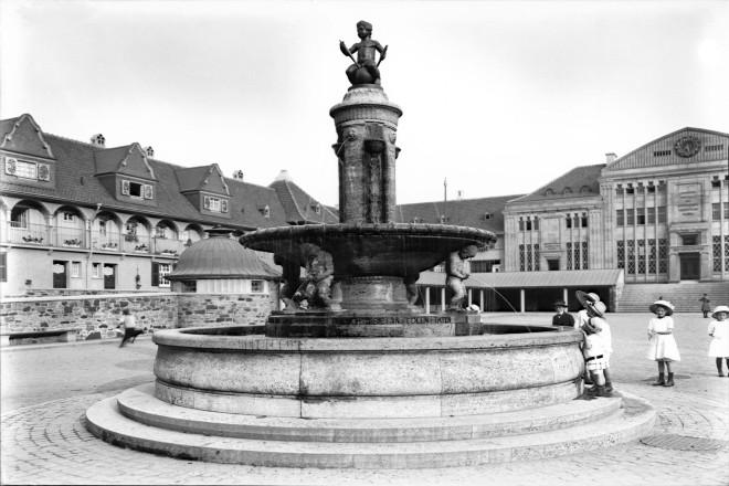 Margarethenhöhe, Marktplatz, Schatzgräberbrunnen, 1913-1920