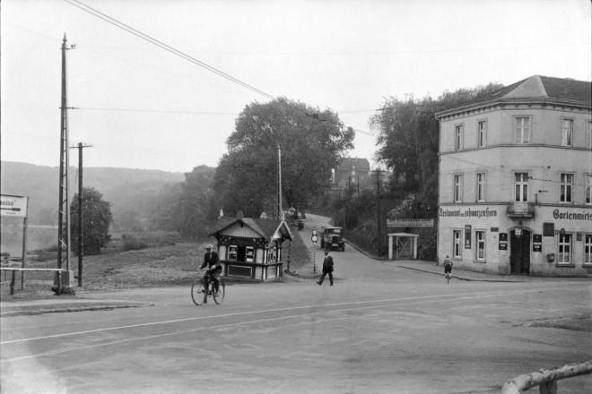 """Gaststätte """"Am Schwarzen Horn"""", Frankenstraße Ecke Hexentaufe im Jahr 1934. Heute verläuft hier die vierspurige Wuppertaler Straße."""