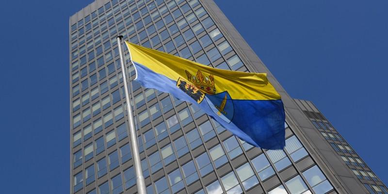 Das Rathaus mit der Stadtfahne