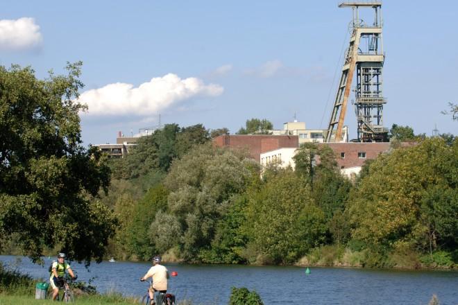Ruhrlandschaft bei Essen-Überruhr. Im Hintergrund die stillgelegte Zeche Heinrich.