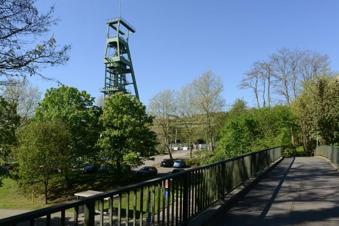 Fussgängerbrücke über die Langenbergerstraße mit Blick auf den Förderturm der Zeche Heinrich