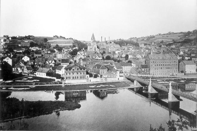 Foto: Blick auf Werden um 1890. In den Ruhrwiesen liegt Wäsche zum Bleichen aus.