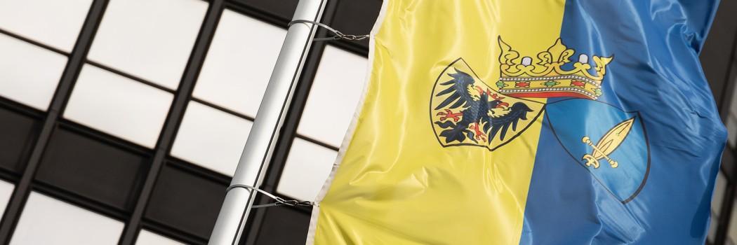 Foto: Die wehende Flagge der Stadt Essen vor dem Rathaus