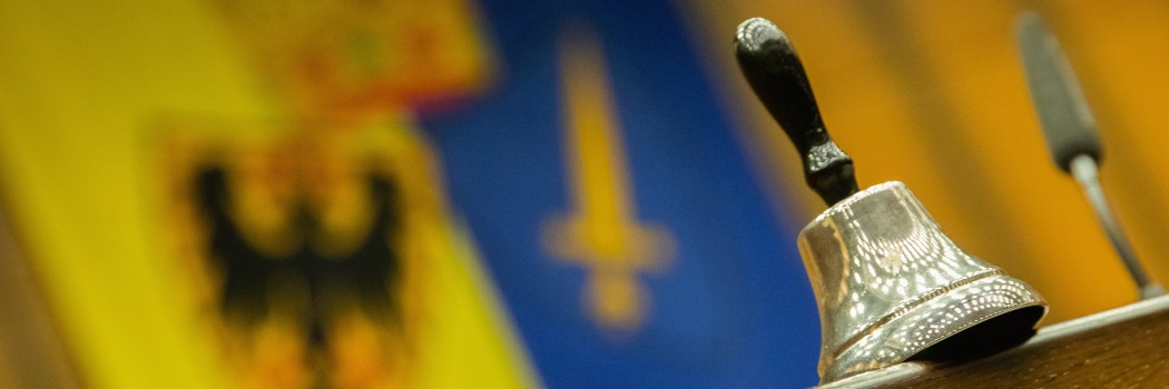 Foto: Die Glocke vor der Flagge der Stadt Essen