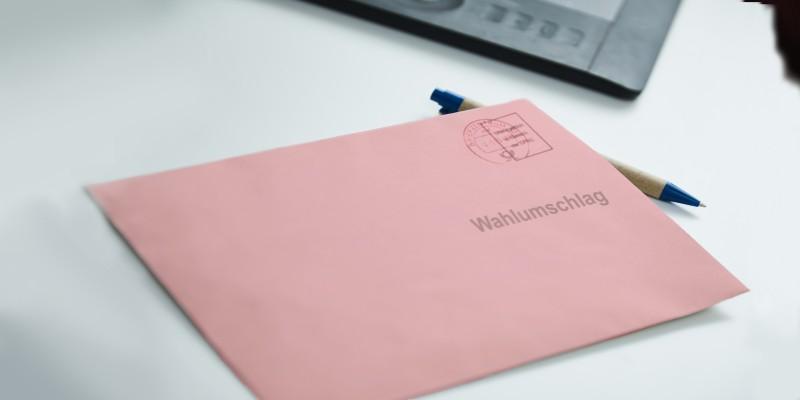 Foto: Ein rosafarbener Wahlumschlag