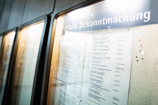 Foto: Der Bekanntmachungskasten im Rathaus