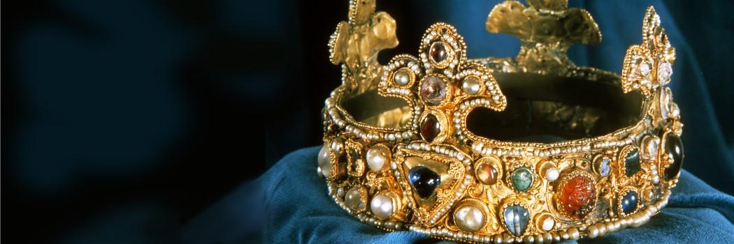 Foto: Die Krone aus dem Münsterschatz auf einem blauen Samtkissen