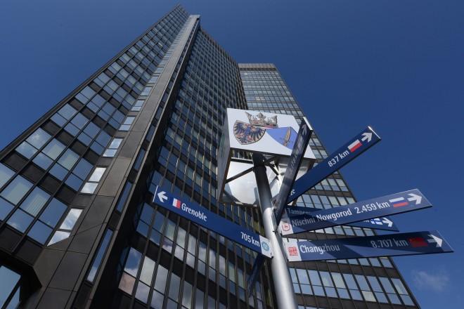 Foto: Der Wegweiser zu Essens Partnerstädten vor dem Rathaus