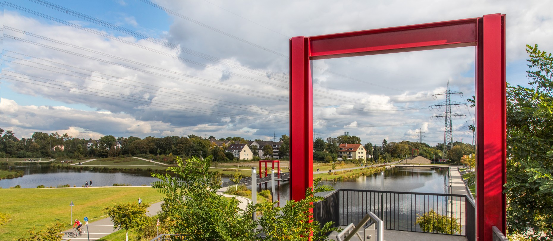 Ein Roter Torbogen am Niederfeldsee
