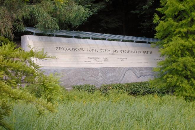 Geologische Wand am Alpinum